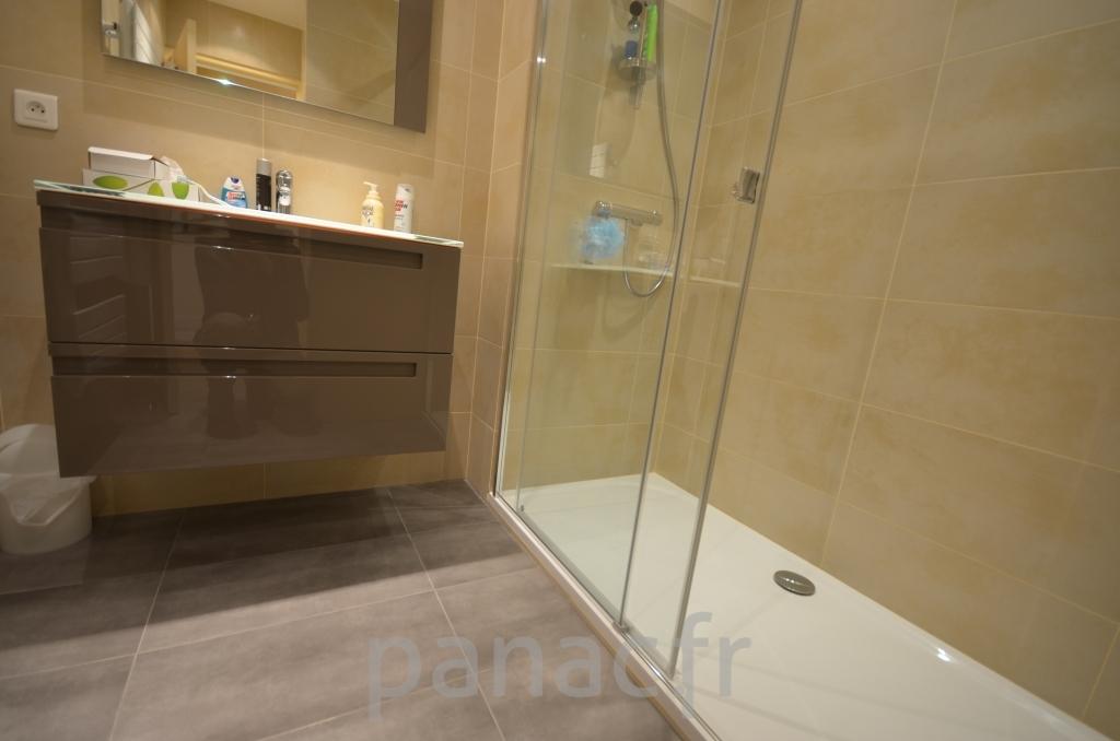 Mobilier salle de bain sur mesure en laque for Mobilier salle de bains